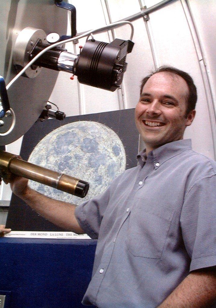 Éric Allen devant son télescope